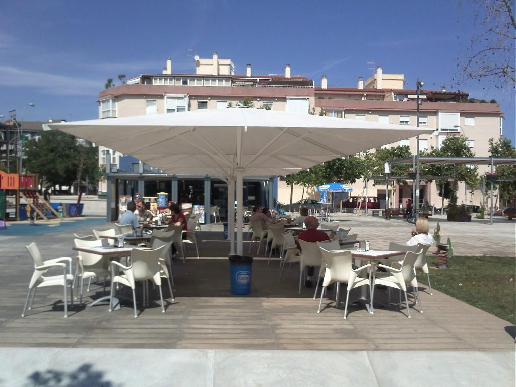 Sombrillas de terraza trendy parasol quattro with for Sombrillas terraza
