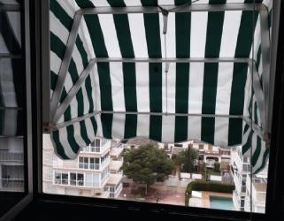 Capota plegable en fachada en Benicasim