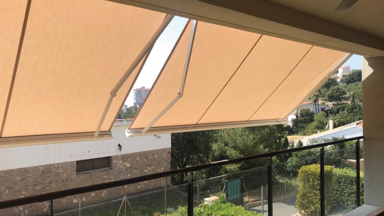 Instalación de un toldo para terraza en Benicassim